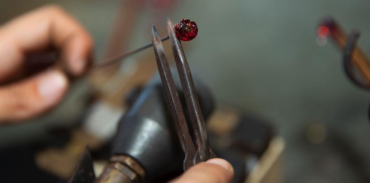 Emaillage d'une perle en verre de couleur