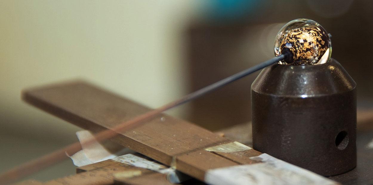 Emaillage d'une perle de verre avec inclusion d'or
