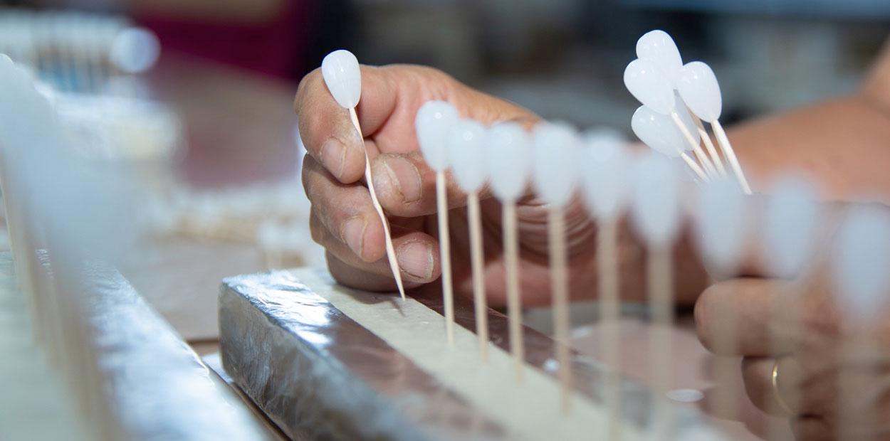 Positionnement de perles de verre en forme de poires avant nacrage