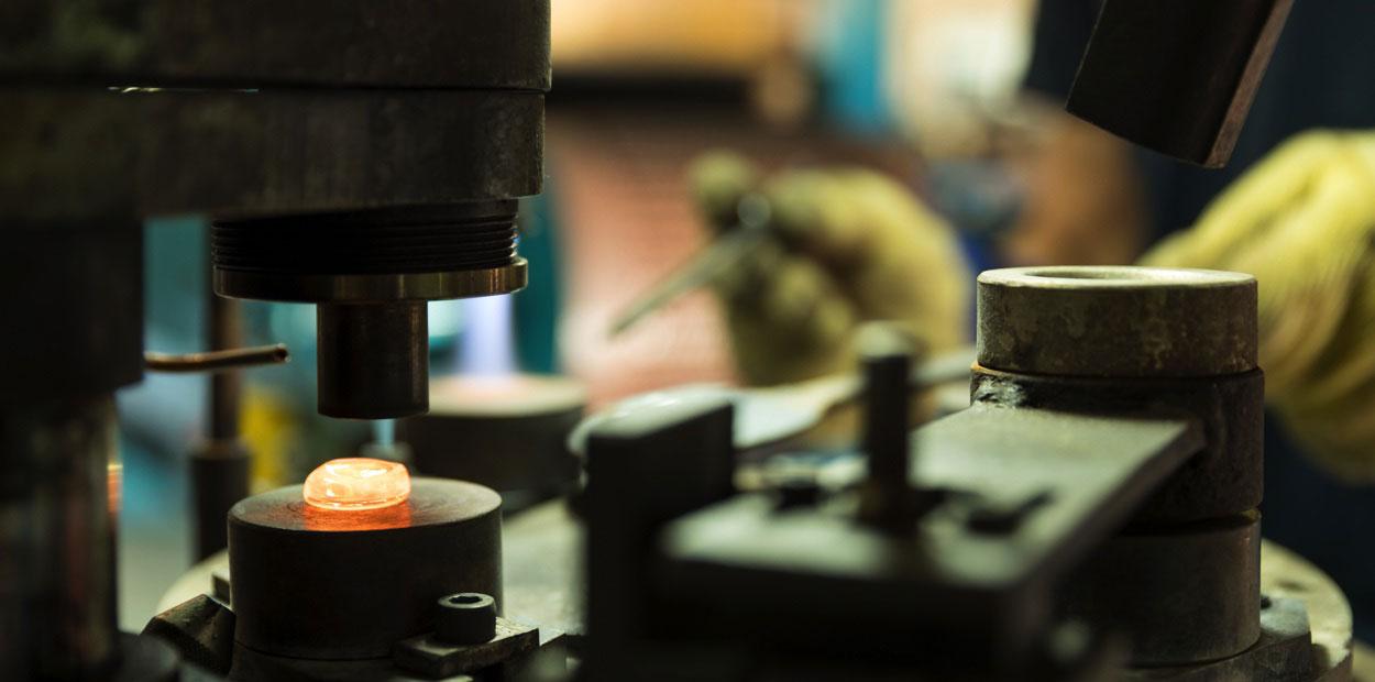Moulage d'un cabochon en verre par pressage pneumatique