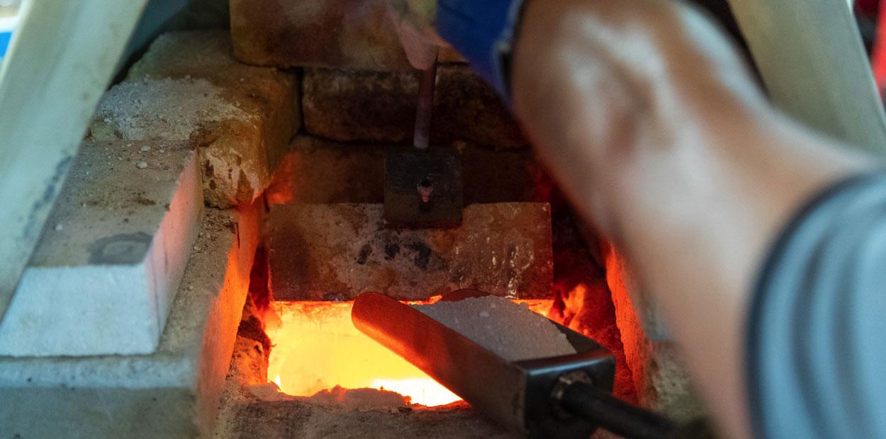 Loading a glass kiln with sand